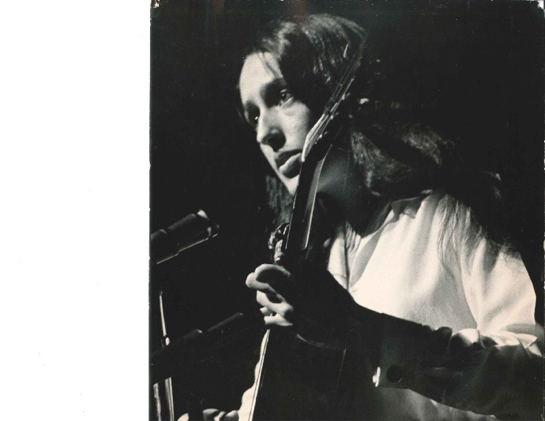 http://history.caffelena.org/transfer/Performer_File_Scans/baez_joan/Baez__Joan___photo___B_and_W_with_guitar.pdf