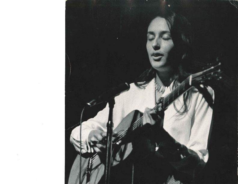 http://history.caffelena.org/transfer/Performer_File_Scans/baez_joan/Baez__Joan___photo___B_and_W_with_guitar2.pdf